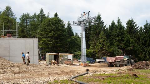 Baustelle der Bergstation mit einem Sessellifttützen der neuen 8er-Sesselbahn an der Köhlerhagenpiste.