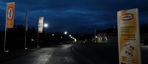 Wilke-Firmenschilder bei Dunkelheit.