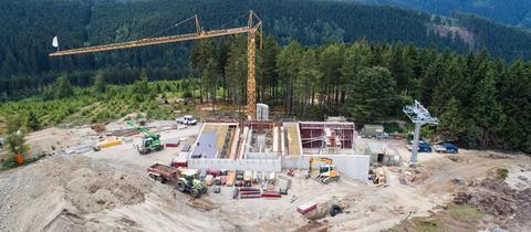 """Baustelle von der Bergstation der neuen 8er-Sesselbahn """"K1 Willingen"""" an der Köhlerhagenpiste."""