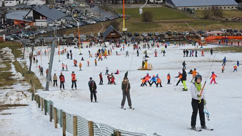 Skifahren ist in Willingen zur Zeit nur ansatzweise möglich - gerade mal vier Pisten haben geöffnet.