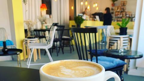 Das Café mit einer bunten, modernen Einrichtung.