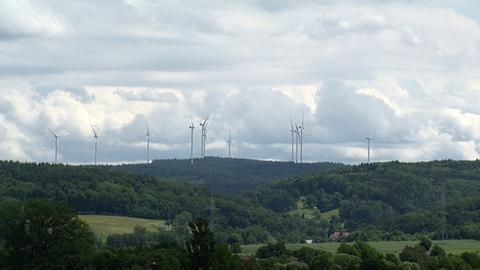 Windräder im Wald rund um Gründau im Main-Kinzig-Kreis
