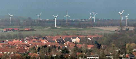 Windräder am Rande einer Wohnsiedlung