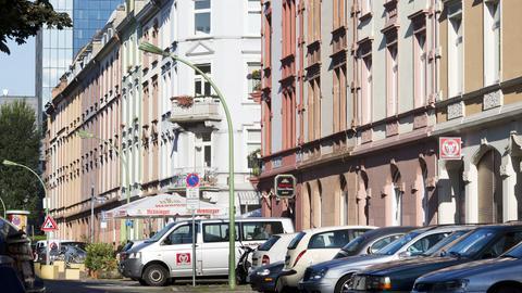 Blick auf eine Häuserzeile im Nordend von Frankfurt am Main
