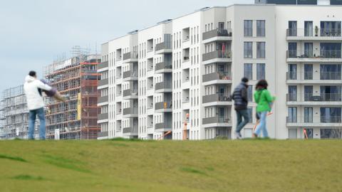 Spaziergänger in Neubaugebiet in Frankfurt