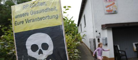 """Plakat in Tiefenbach: """"RP Gießen, unsere Gesundheit, eure Verantwortung."""""""
