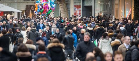 Passanten auf der Frankfurter Einkaufsstraße Zeil.
