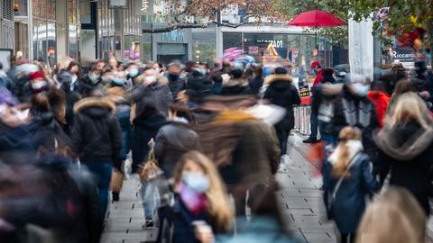 Reger Betrieb herrscht auf der Frankfurter Einkausmeile Zeil am Samstag des zweiten Adventswochendes