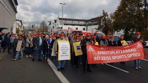 Mitarbeiter protestieren gegen Stellenabbau bei Zeiss