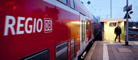 Nahverkehrszug am Bahnhof von Nidderau