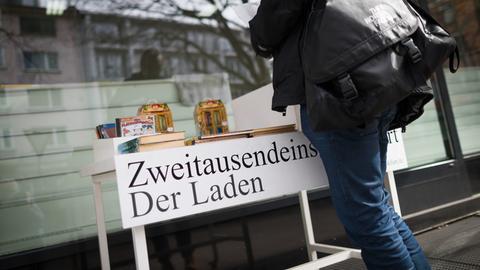Kunde vor dem Zweitausendeins-Laden in Frankfurt
