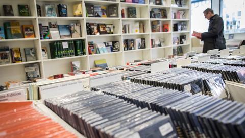 CDs und Bücher im Zweitausendeins-Laden in Frankfurt