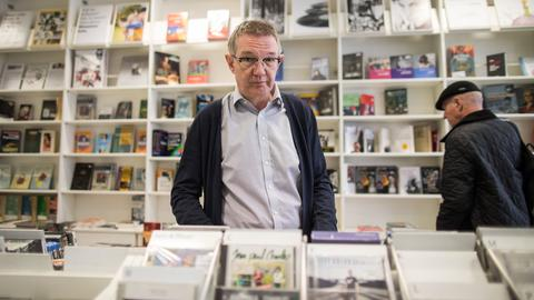 Geschäftsführer Robert Egelhofer im Zweitausendeins-Laden in Frankfurt